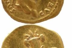 Aureus (avers-revers) emis de Vespasianus pentru Domitianus Caesar ( 76 d. Chr), descoperit la Moigrad - Porolissum.